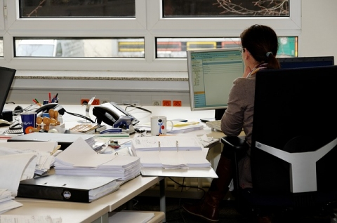 pracownik-biurowy